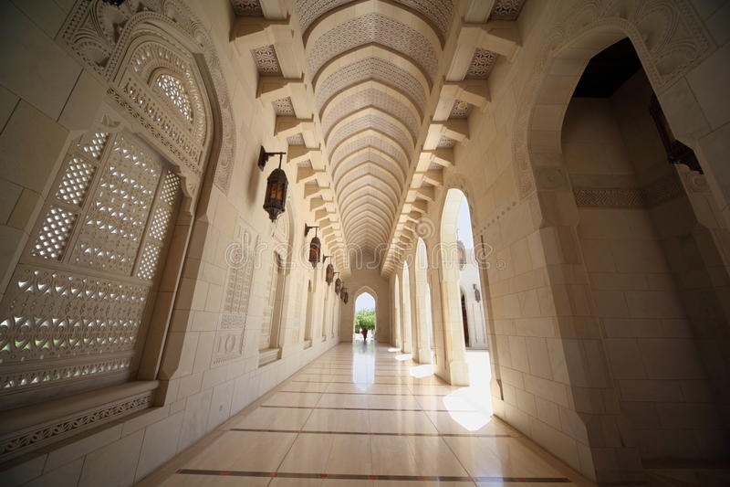 Couloir avec des arcs à l'intérieur de mosquée grande en Oman photos stock