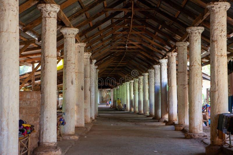 Couloir avec des colonnes et des stalles de souvenir menant au dessus de Shwe Indein, lac Inle, Shan State, Myanmar image stock