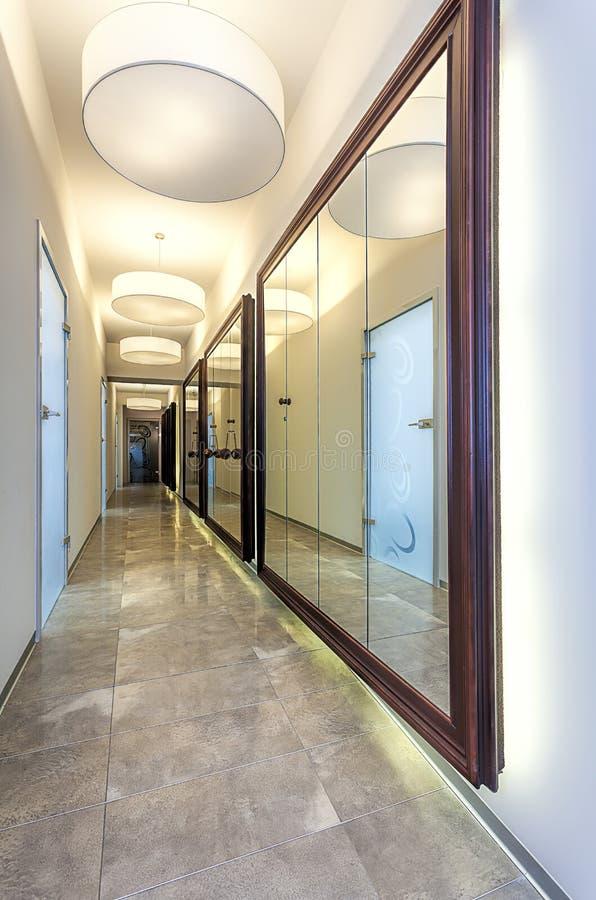 Couloir avec des miroirs image stock