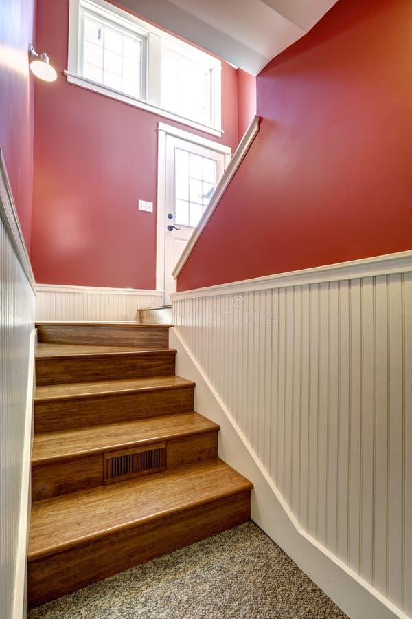 Couloir Avec L\'escalier Dans La Couleur Blanche Et Rouge Image stock ...