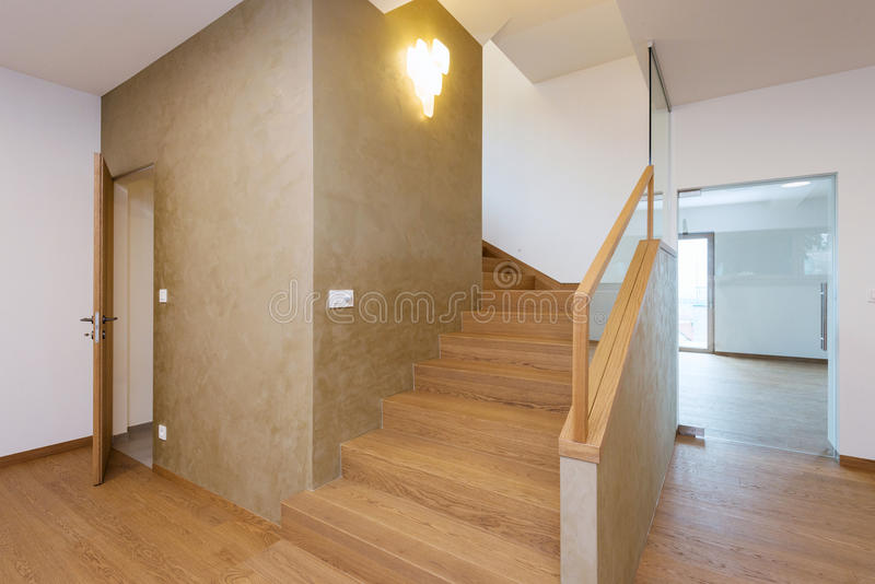 Couloir avec l 39 escalier dans la maison moderne photo stock for Photo couloir maison