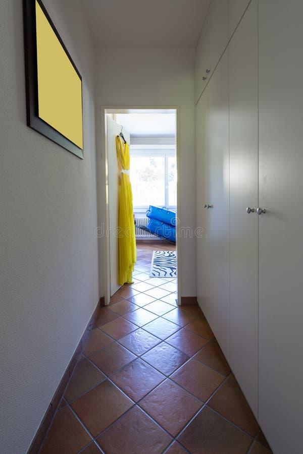Couloir avec la garde-robe sur les murs photos stock