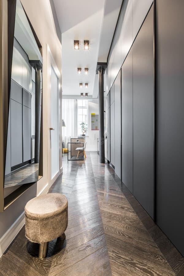 couloir avec le miroir et les selles image stock image du couloir glissement 83823415. Black Bedroom Furniture Sets. Home Design Ideas