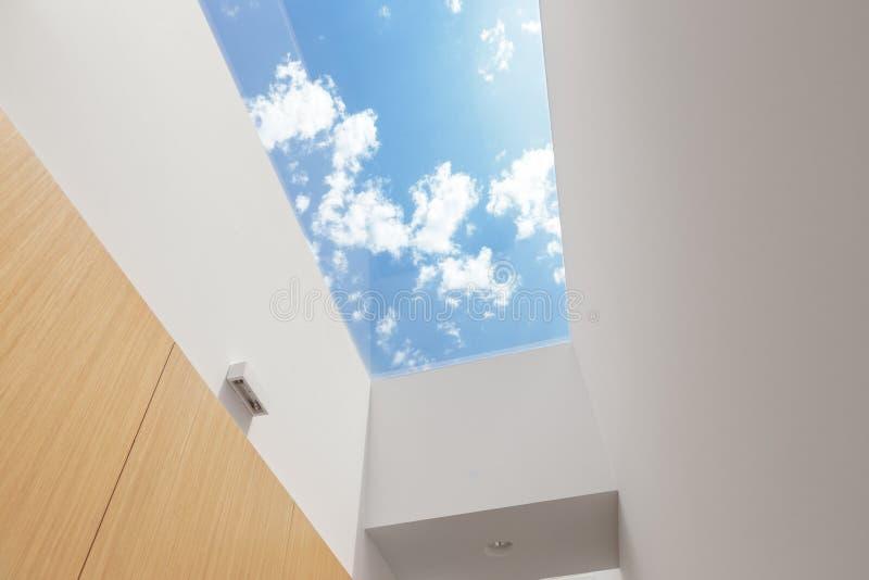 Couloir avec une grande lucarne photos libres de droits