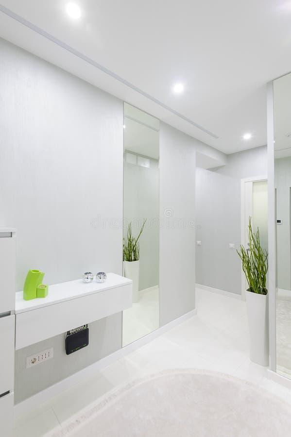 Couloir Blanc Moderne D\'appartement Image stock - Image du décor ...