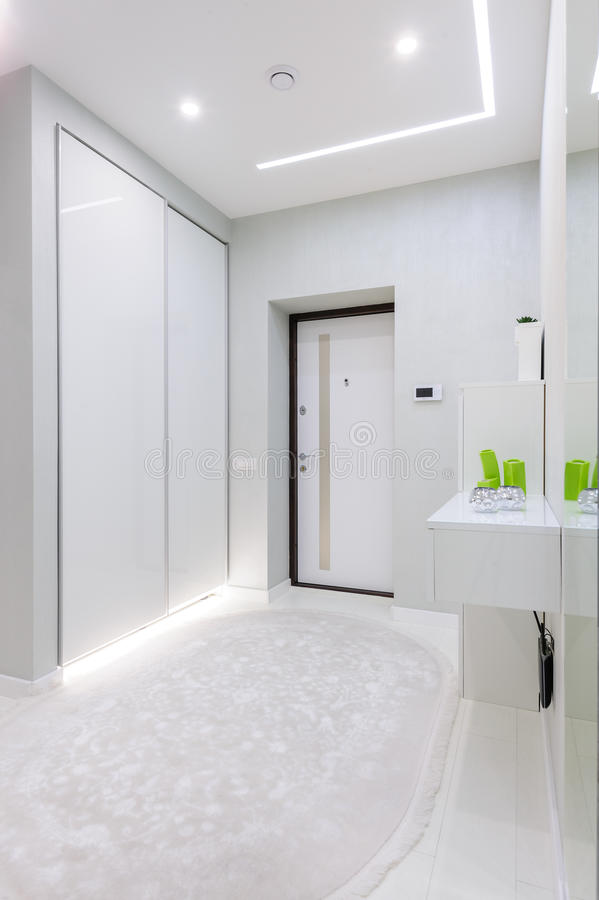 Couloir Blanc Moderne D\'appartement Photo stock - Image du entrée ...