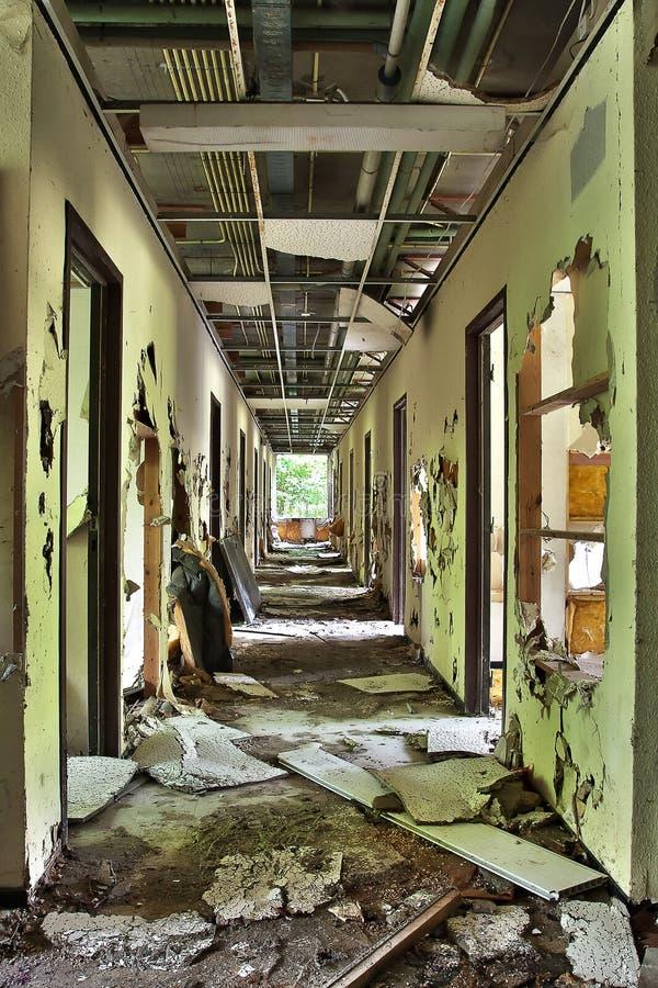 Couloir complètement détruit dans le bâtiment abandonné photographie stock