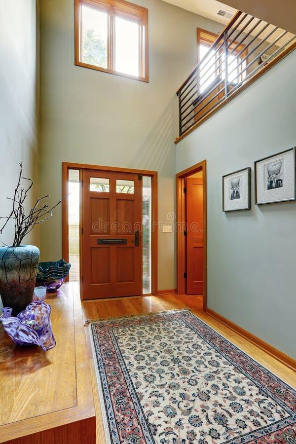 couloir d 39 entr e dans la maison moderne image stock image du construction lumi re 45108977. Black Bedroom Furniture Sets. Home Design Ideas