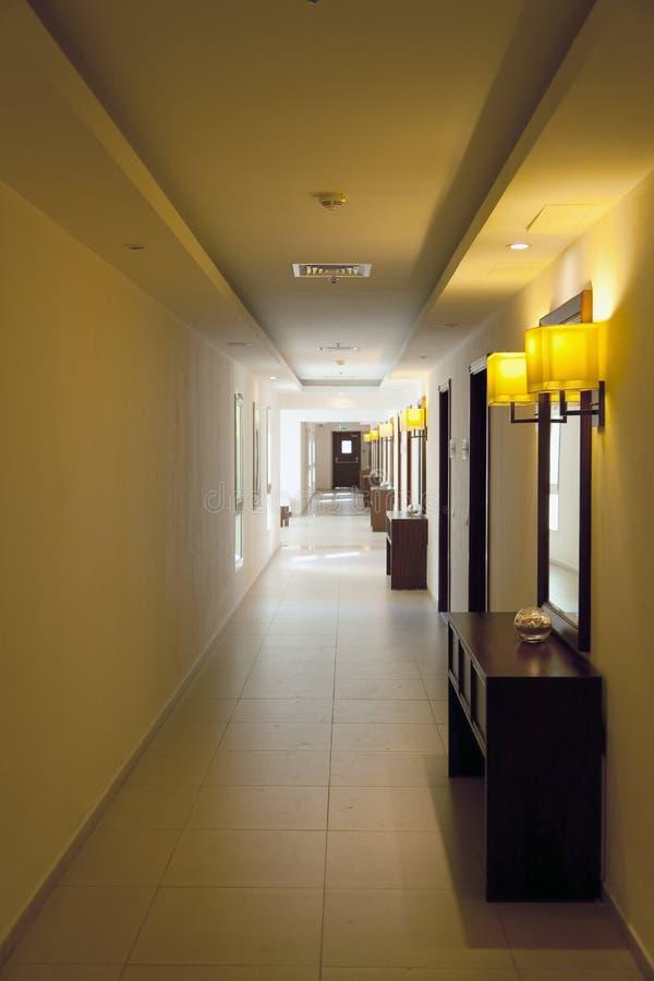 Couloir d'hôtel avec des trappes de pièce image stock
