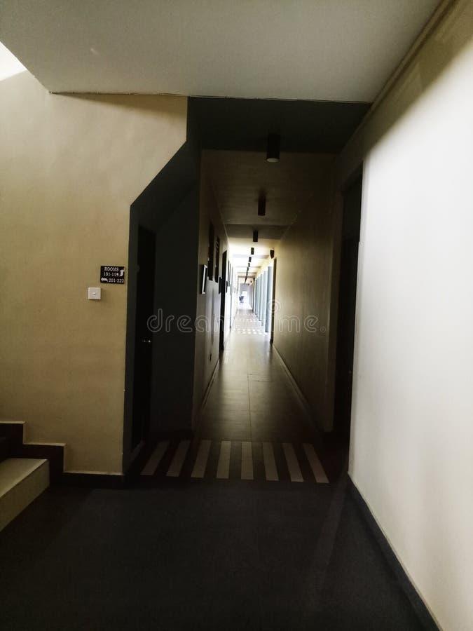 Couloir d'obscurité d'hôtel photos libres de droits