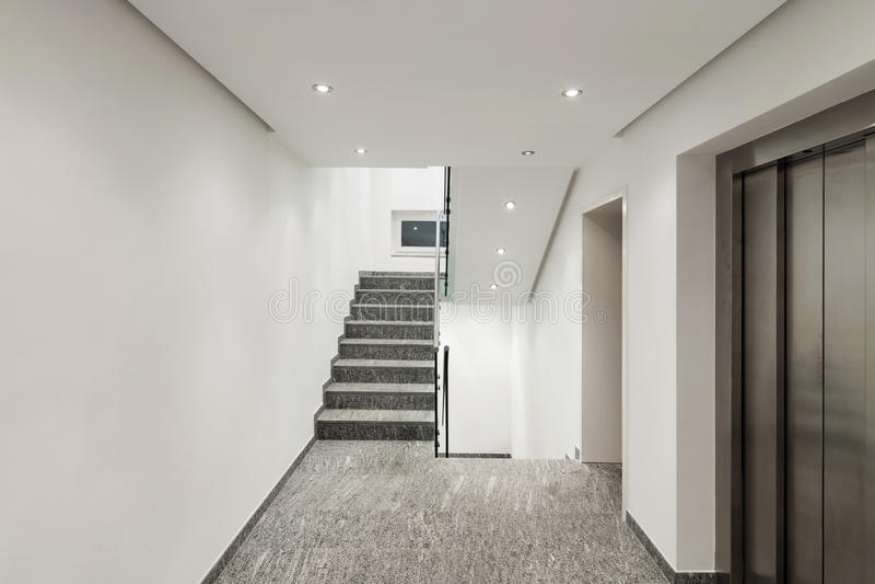 Couloir d'un immeuble moderne photographie stock libre de droits