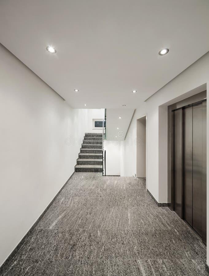 Couloir d'un immeuble moderne images libres de droits