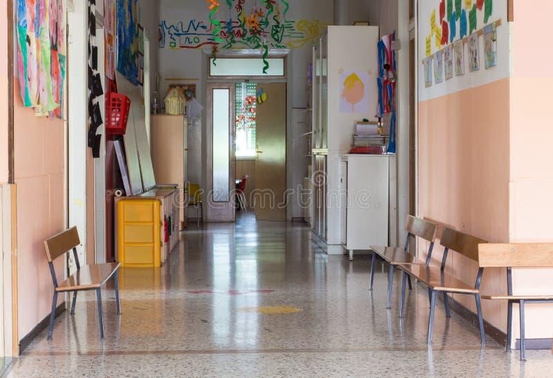 Couloir d'une crèche pour des enfants images libres de droits