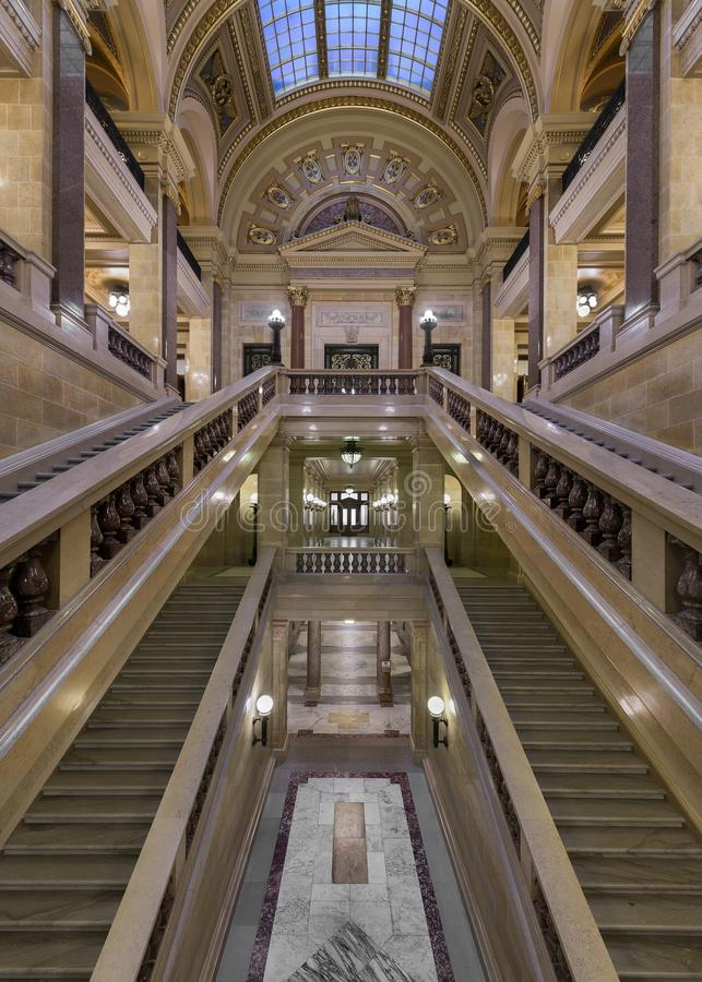 Couloir dans l'escalier au capitol d'état du Wisconsin images stock