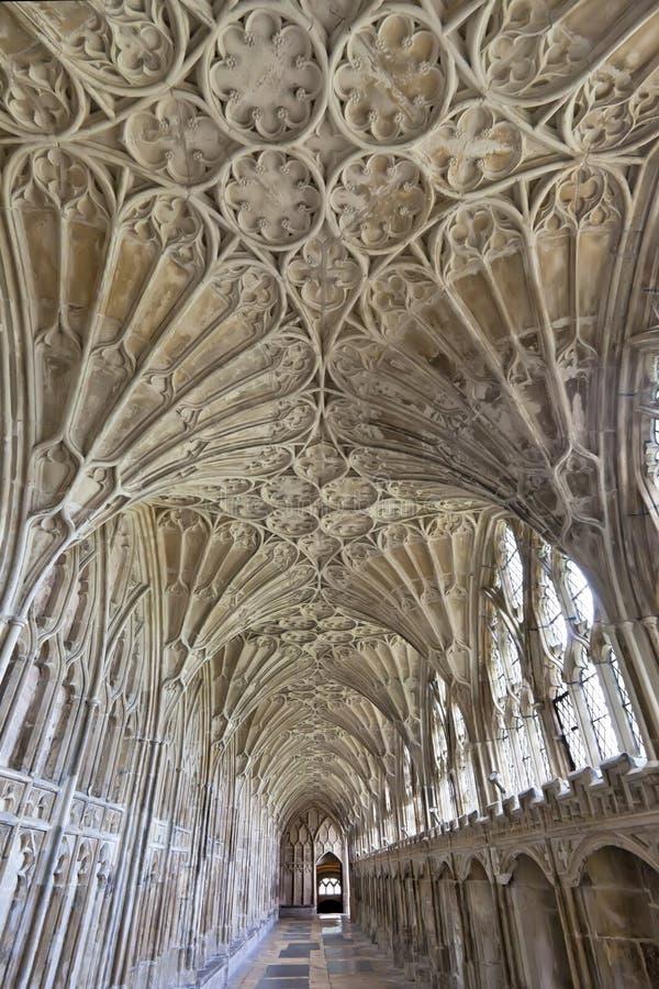 Couloir dans les cloîtres à la cathédrale de Gloucester, Gloucestershire, Angleterre, Royaume-Uni photographie stock