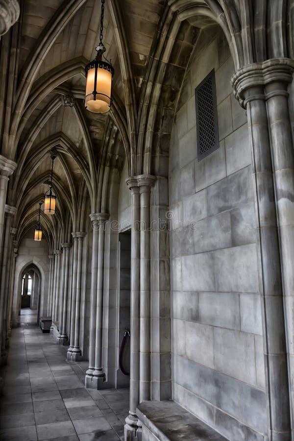 Couloir dans un vieux château médiéval images libres de droits