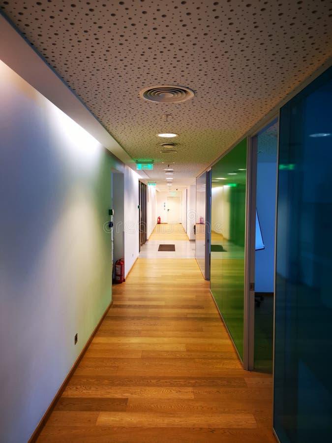 Couloir de bureau avec les fenêtres colorées photographie stock libre de droits