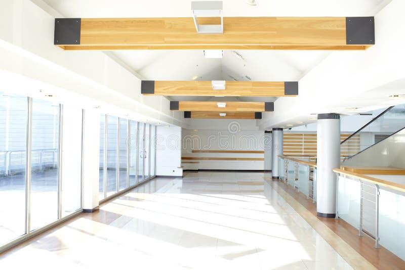 Couloir de bureau. Lumière du soleil. images stock