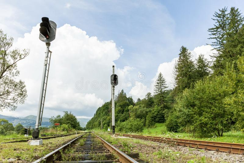 Couloir de chemin de fer, rail en acier à l'arrière-plan de nature image stock