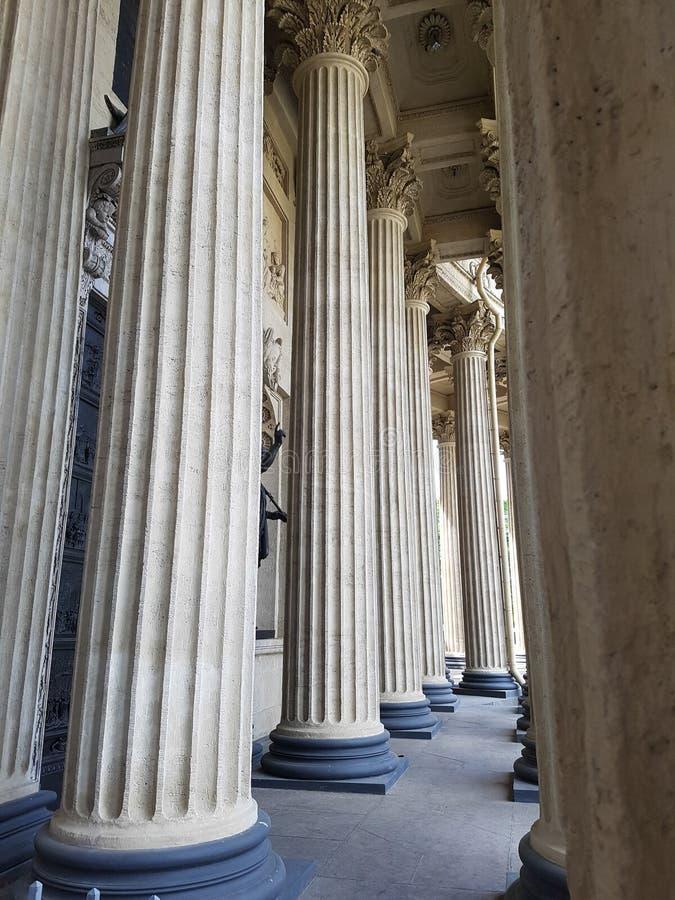 Couloir de hautes colonnes grises dans le style antique images libres de droits