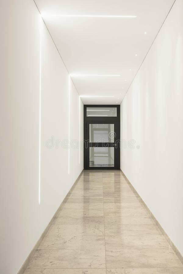 Couloir de marbre moderne de condominium de luxe photographie stock