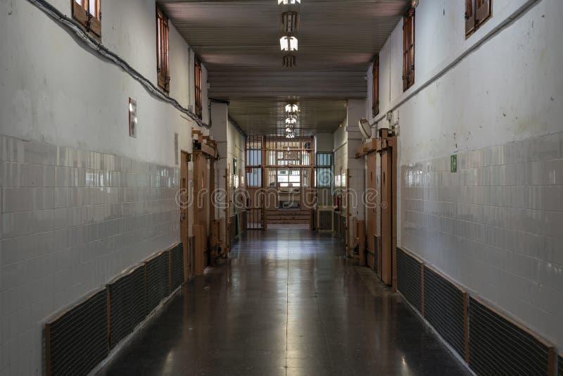 Couloir de prison avec le point de contrôle à la fin photographie stock