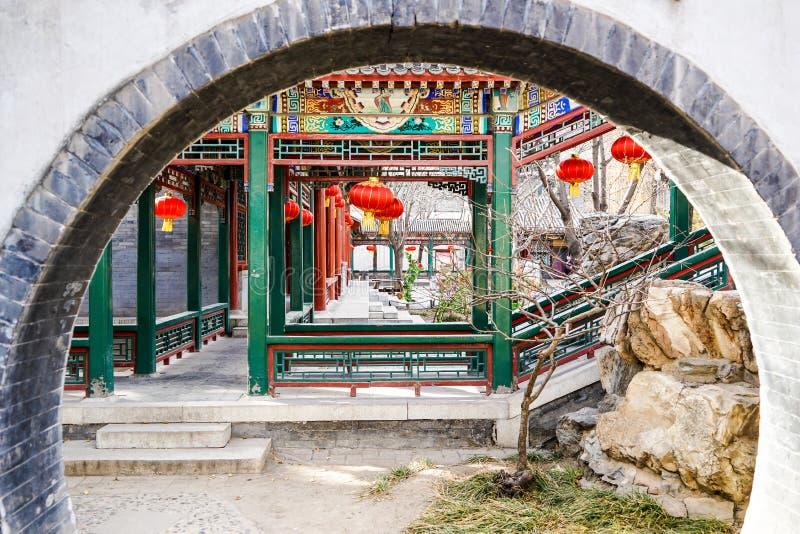 Couloir derrière une porte de lune dans un jardin traditionnel historique pendant la nouvelle année chinoise image stock
