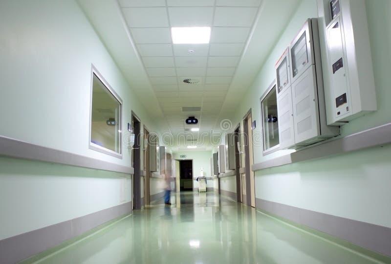 Couloir du hospitalwith la figure du docteur photo libre de droits
