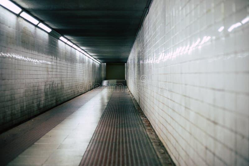 Couloir effrayant de tunnel sombre de couloir image stock