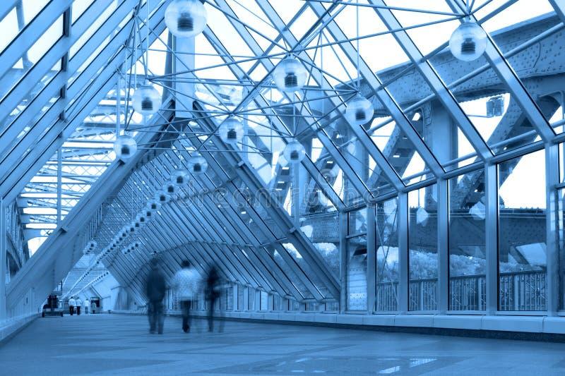 Couloir en verre bleu dans la passerelle images stock