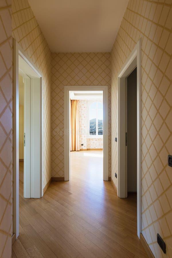 Couloir et salles avec la tapisserie d'ameublement images stock