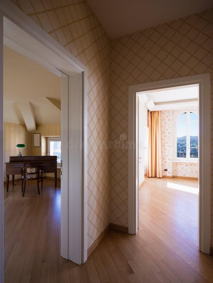 Couloir et salles avec la tapisserie d'ameublement image stock