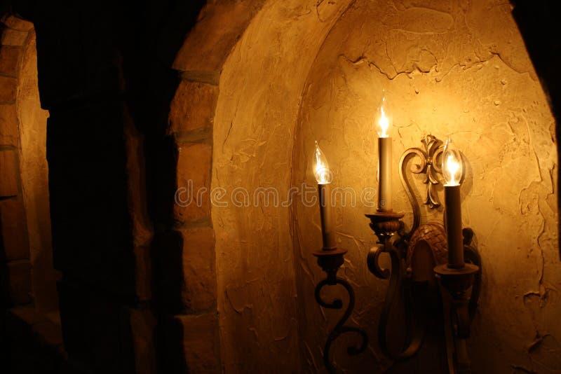 Couloir illuminé par des bougies photos libres de droits