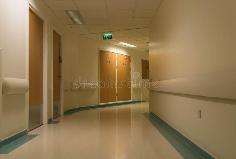 Couloir incurvé d'hôpital la nuit photographie stock libre de droits