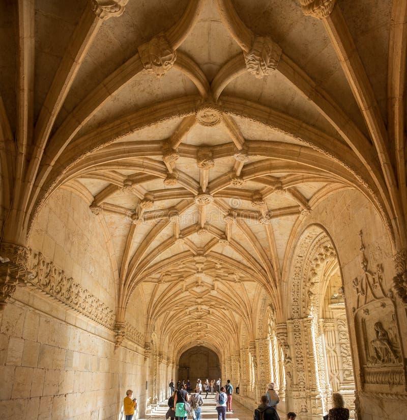Couloir intérieur dans le monastère de Jeronimos ou le monastère de Hieronymites (DOS de Mosteiro Jeronimos) Lisbonne, Portugal photos libres de droits