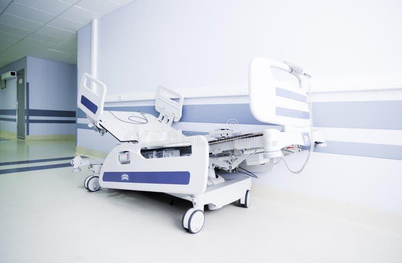 Couloir léger d'un hôpital moderne photo libre de droits