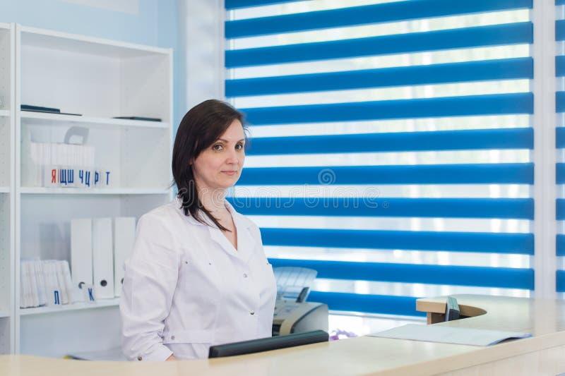 Couloir la chambre de secours et réceptionniste de l'hôpital et de la femme de patient image stock