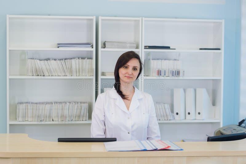 Couloir la chambre de secours et réceptionniste de l'hôpital et de la femme de patient image libre de droits