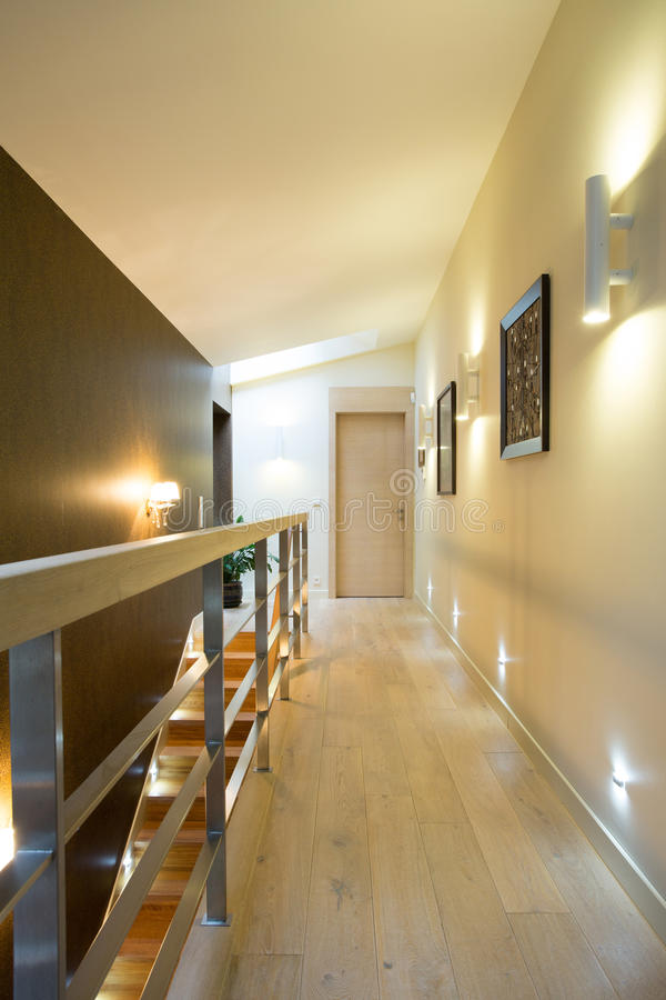 couloir lumineux dans la maison moderne photo stock image du contemporain patrimoine 49901886. Black Bedroom Furniture Sets. Home Design Ideas