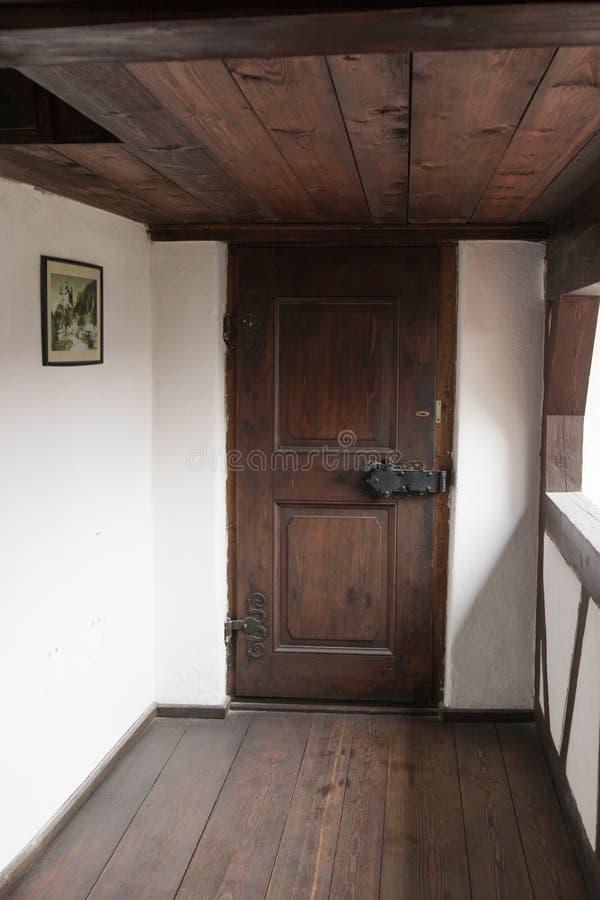 Couloir menant au toit dans le château de son Ville de son en Roumanie photographie stock
