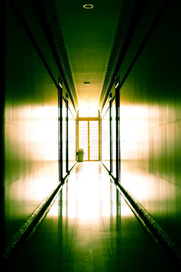 Couloir moderne contre la lumière photo libre de droits