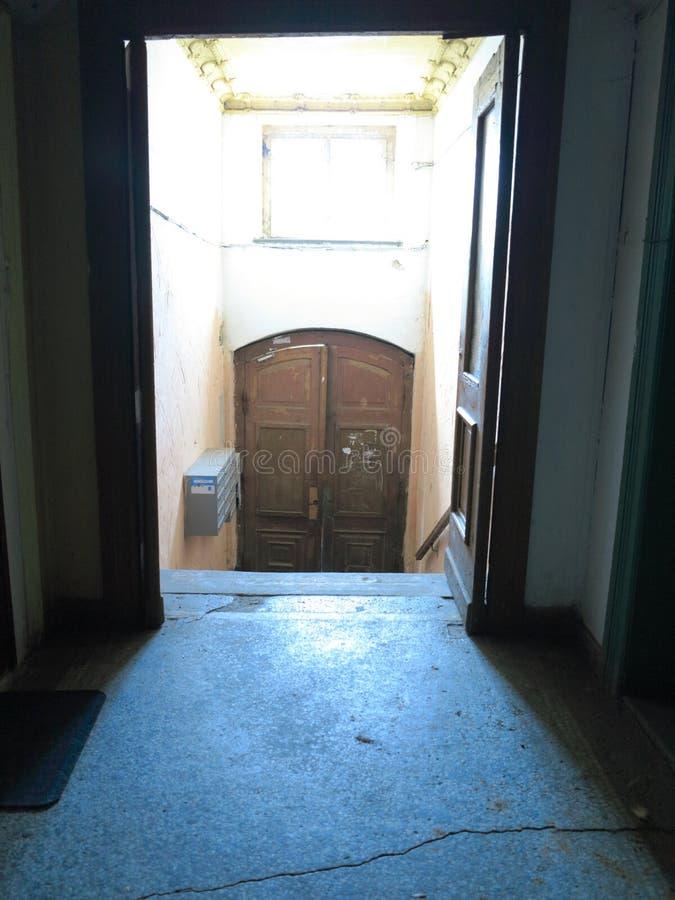 Couloir sale dans le vieux bâtiment abandonné photo libre de droits