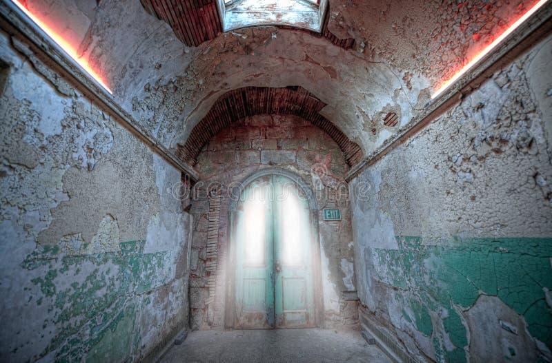Couloir sale menant aux portes photo stock