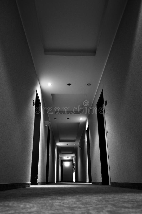 Couloir sombre images stock