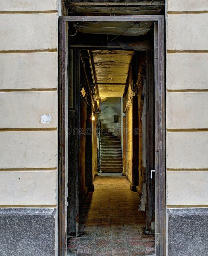 Couloir sombre avec des escaliers photos stock