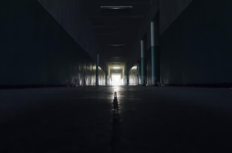 Couloir sombre avec la lumière images libres de droits