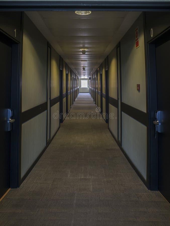 Couloir sombre d'hôtel illuminé par la lumière naturelle photographie stock libre de droits
