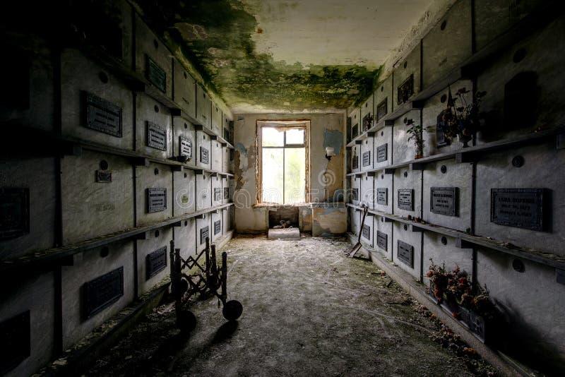 Couloir sombre menant aux cryptes et aux cercueils - mausolée abandonné photo stock