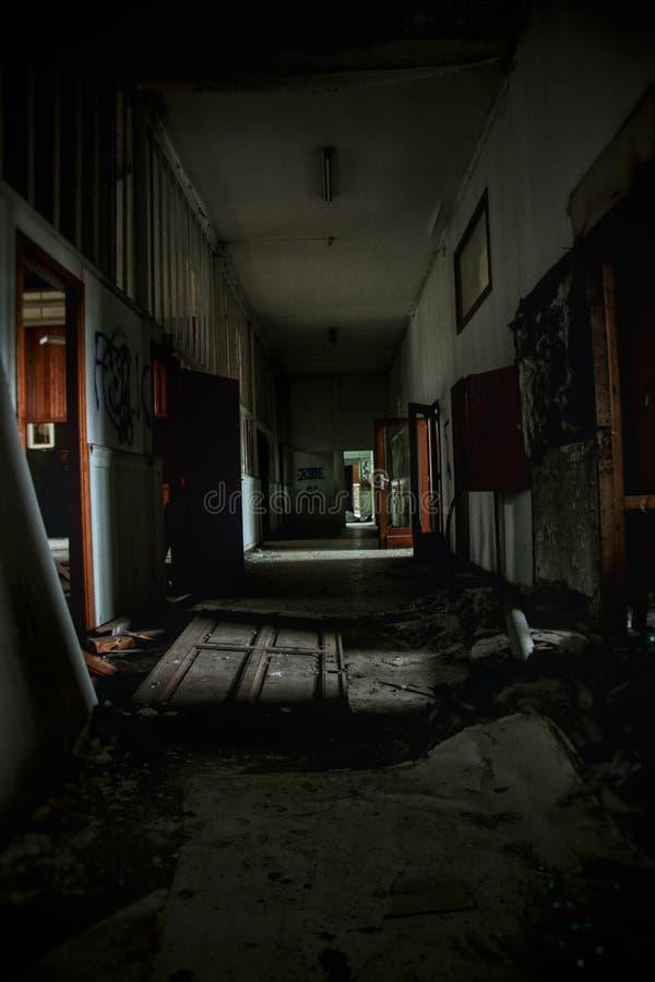Couloir sombre un b?timent abandonn? fantasmagorique ! photo stock