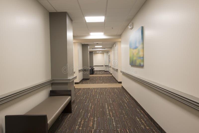 Couloir tapissé d'immeuble de bureaux photo stock